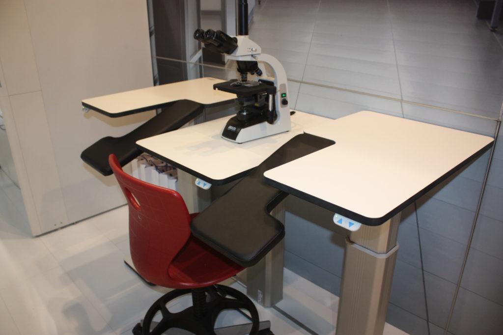 stół pod mikroskop